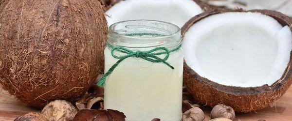 Per la salute di denti e gengive un aiuto dall'olio di cocco