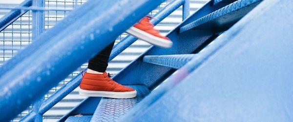 Salire le scale, l'attività fisica più semplice che ci sia e davvero benefica per cuore, muscoli e cervello