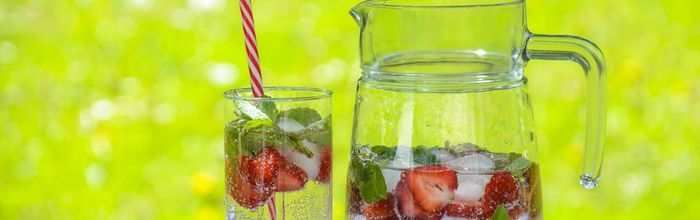 Water, the blue gold, how much should you drink and what are the benefits of flavored waters