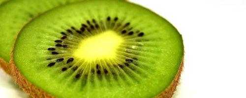 Kiwi, il frutto di lungo vita, ma non buttare la buccia!