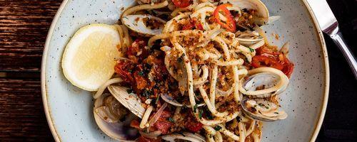 Spaghetti mit Sardellen und knusprigem Brot