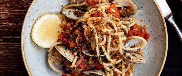 Spaghetti con acciughe e pane croccante