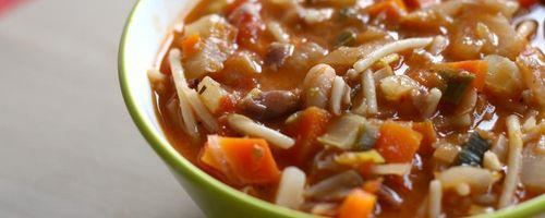 Minestrone di verdure, fagioli e pesto