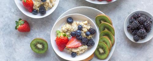Porridge di riso soffiato, gocce di cioccolato e frutti di bosco