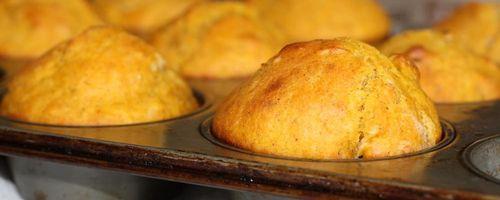 Herzhafte Muffins mit sonnengetrockneten Tomaten und Oliven