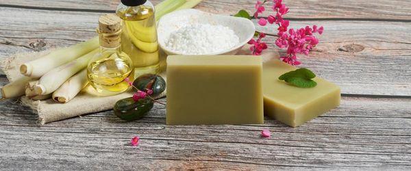 Slow Cosmetique, wie man die Haut reinigt, ohne sie anzugreifen