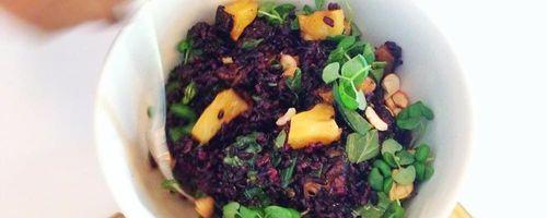 Schwarzer Reis mit rotem Pesto und mariniertem Tofu