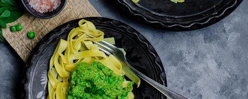 Gesunde Spaghetti mit trockenen Tomaten, Oliven und Rettichblättern