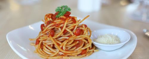 Crunchy pasta with tomato sauce