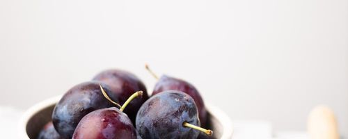 Pflaumen, frische und trockene Früchte