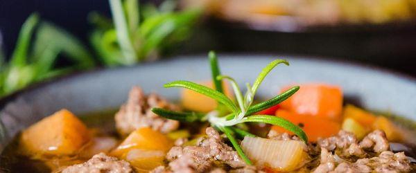 Suppe aus Gerste und Hülsenfrüchten