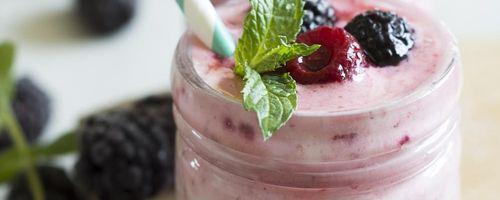Smoothie ai frutti di bosco e drink al carcadè per combattere il caldo