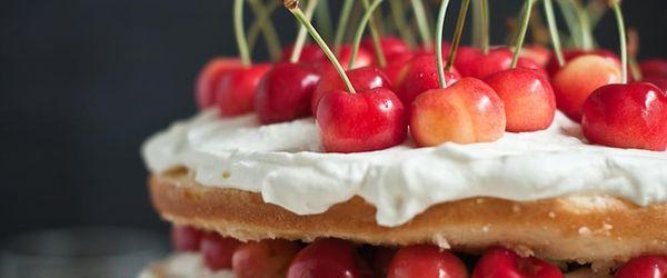 Sponge cake with cream and cherries