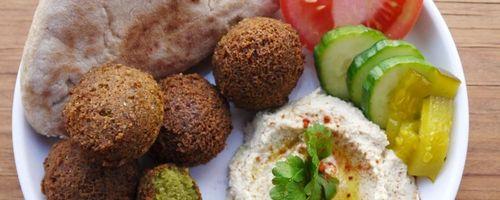 Falafel mit Tahini-Sauce und Salat